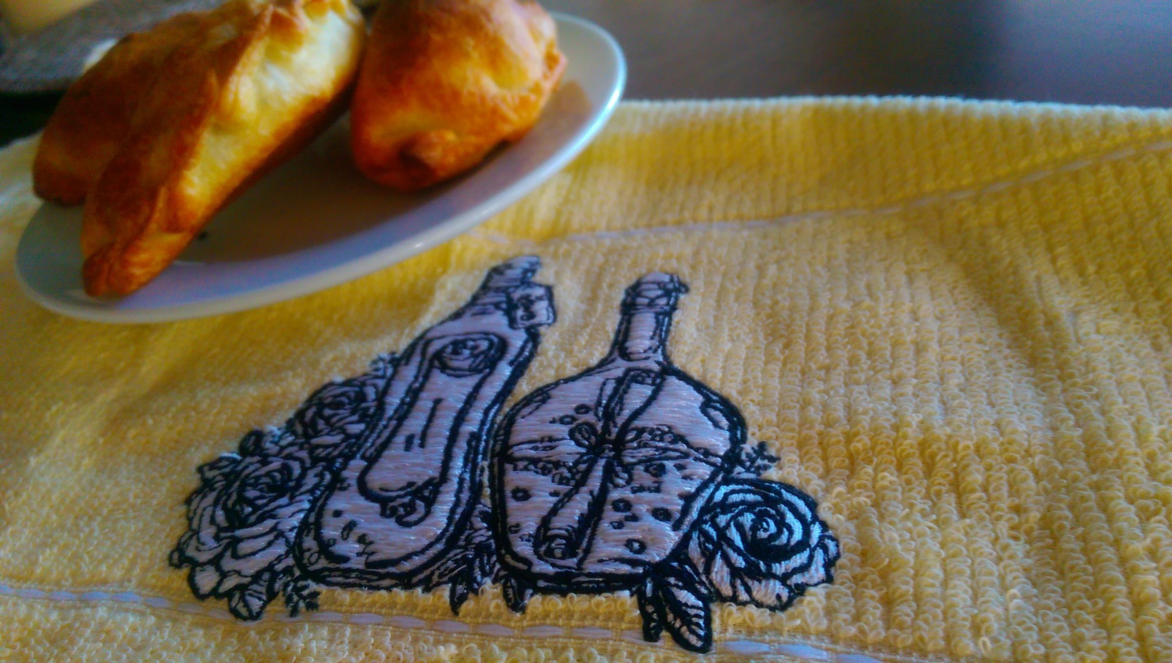 Embroidered kitchen napkin with Bottles design
