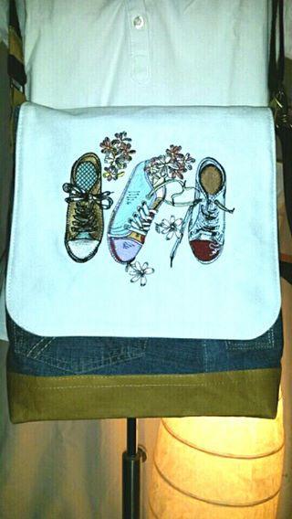 Handbag with Gumshoes embroidery design