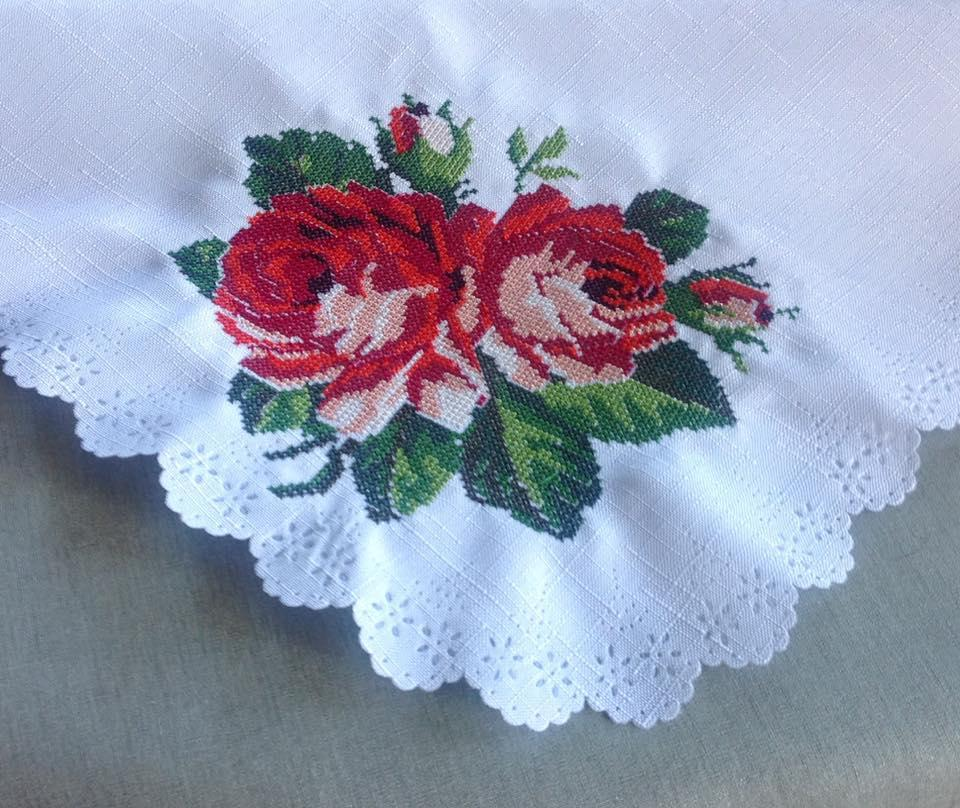 Tablecloth with roses cross stitch free embroidery design
