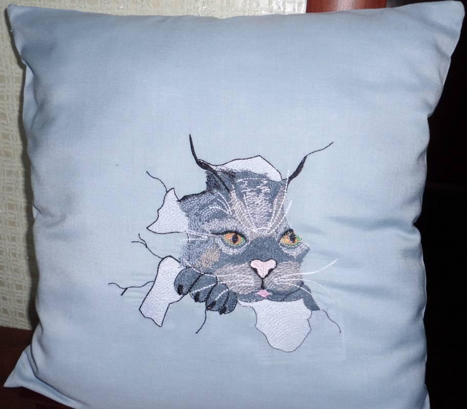 Pillow with angry cat free embroidery design