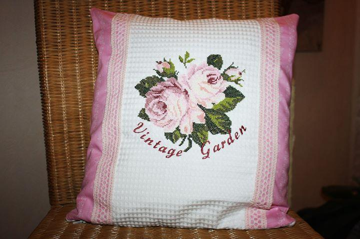 Embroidered cushion with roses cross stitch free design