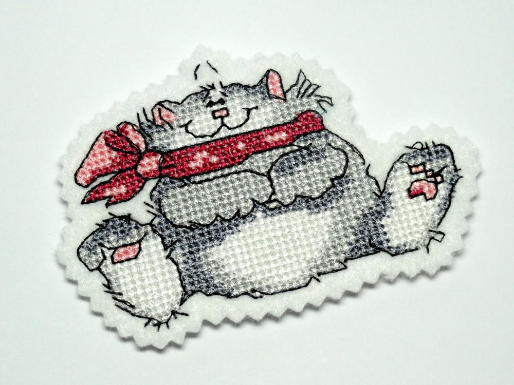 Magnet with cute cat free embroidery design