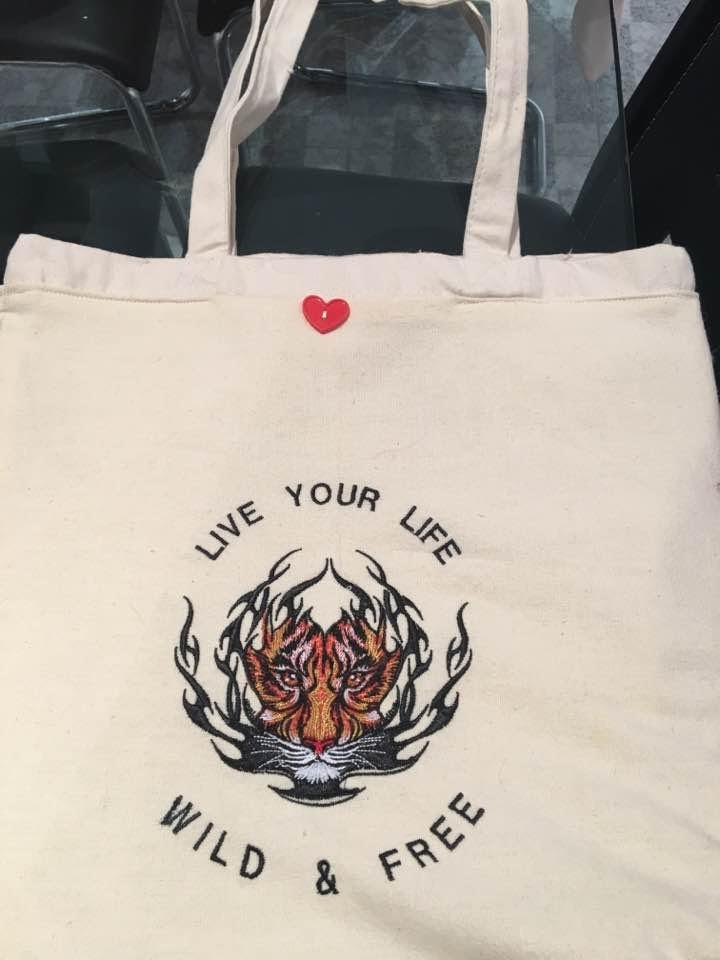 Shopping bag with tiger embroidery design