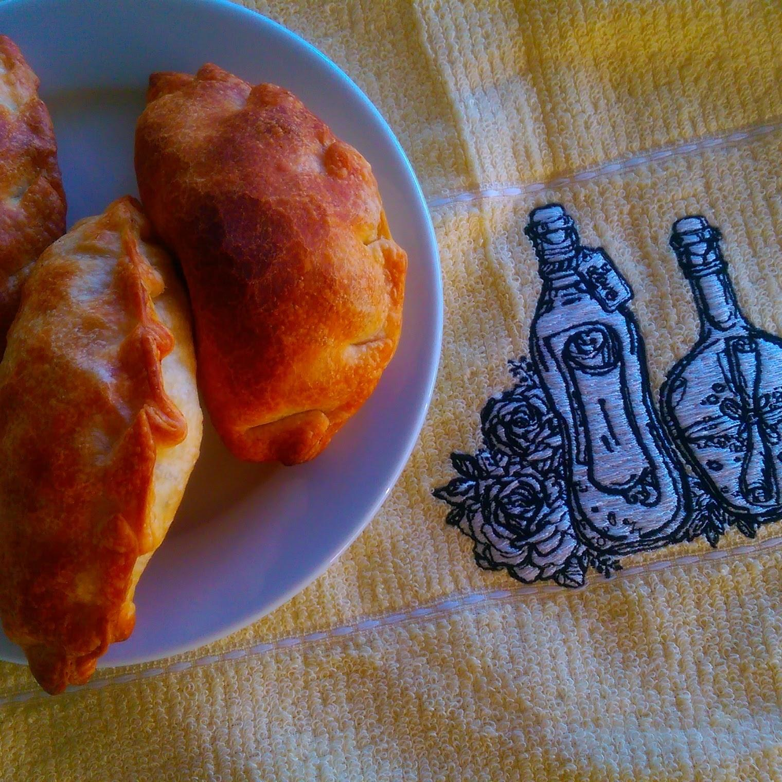 Embroidered napkin with couple of bottles and flowers design