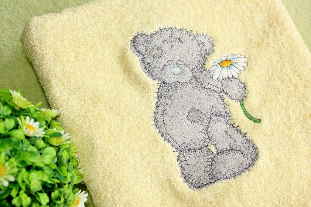 Embroidered bath towel with Teddy bear and camomile design