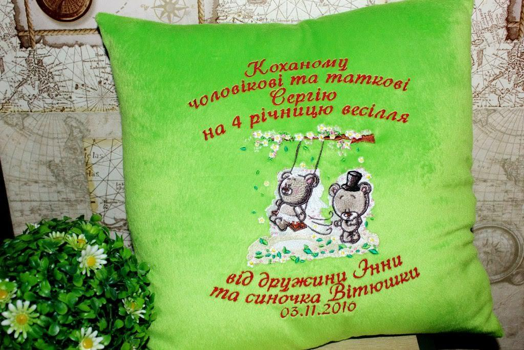 Embroidered cushion with Teddy bears' wedding design