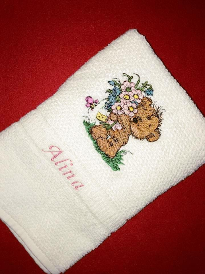 Embroidered white bath towel with Teddy bear bouquet design