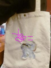 Embroidered shopping bag with curious cat design