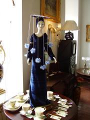 Фарфоровая кукла с нарядом вышитым тесьмой и биссером