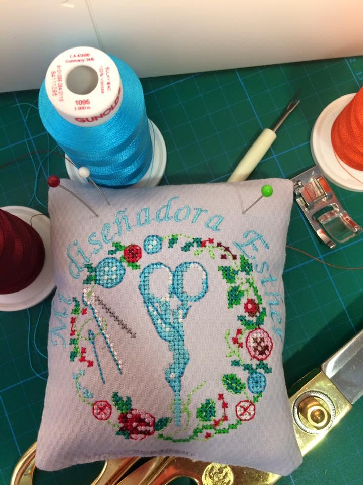 Embroidered needle bar with stylized scissors free design