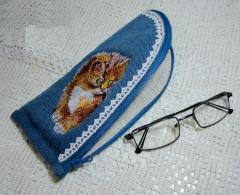 Embroidered glasses case with curious kitten design