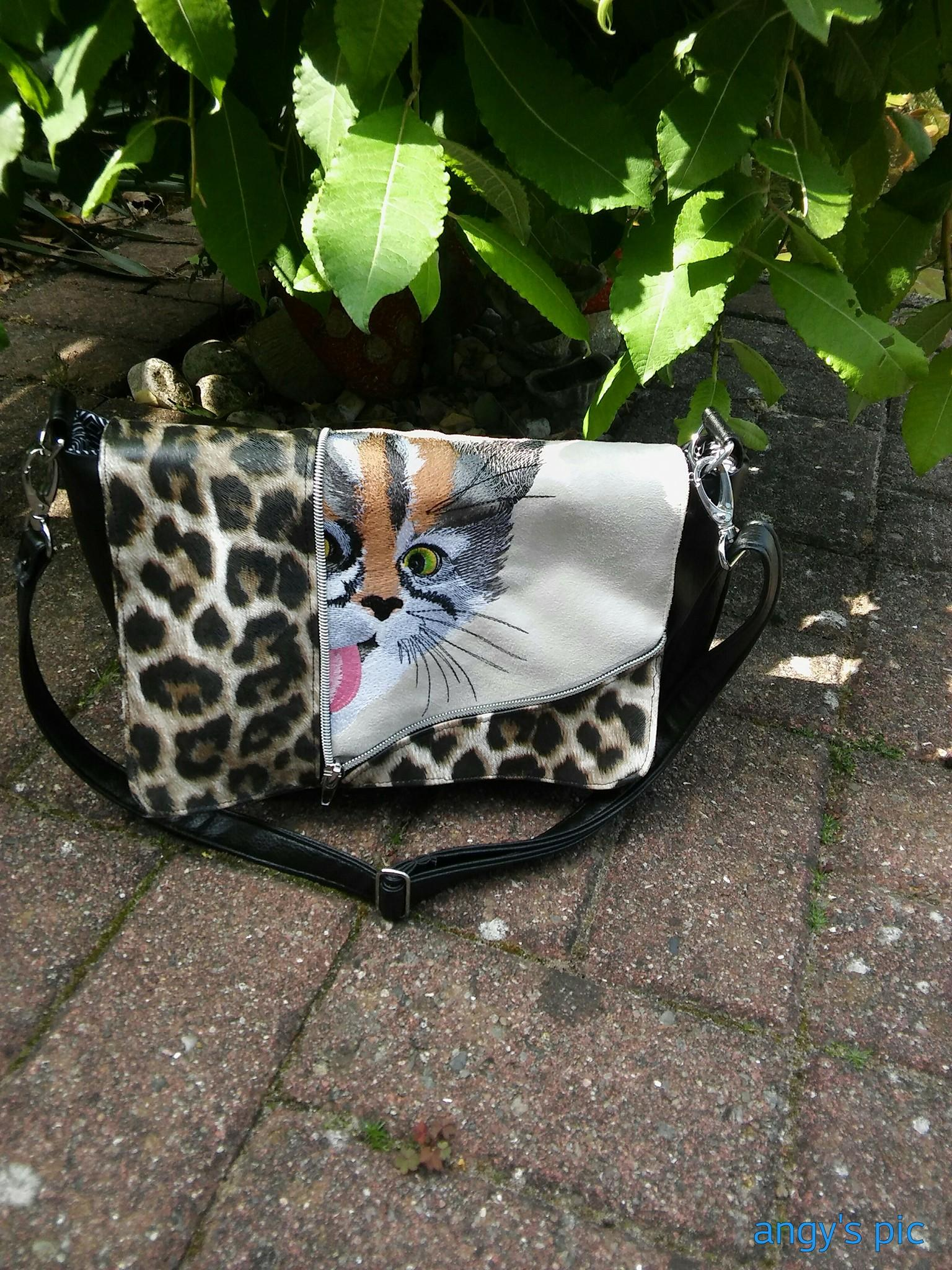 Embroidered bag with curious kitty free design