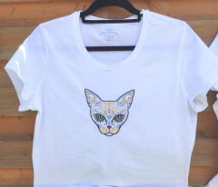 Embroidered t-shirt with Mexican cat design