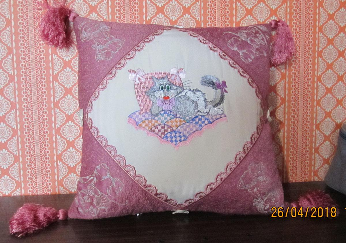 Embroidered cushion iwht Glamorous cat design