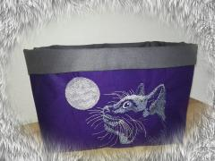 Embroidered box with Cat looks sky free design
