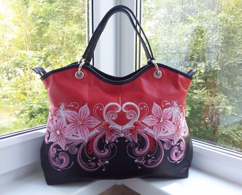 Embroidered bag with Symmetric floral design