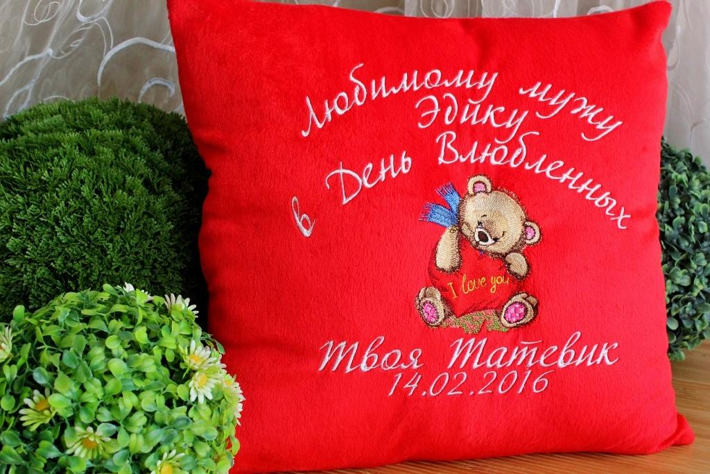 Embroidered cushion with Bear in love design