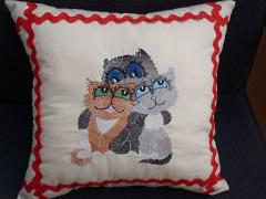 Embroidered pillow with cats free design