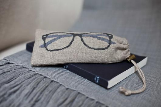 Linen holder for glasses with embroidery