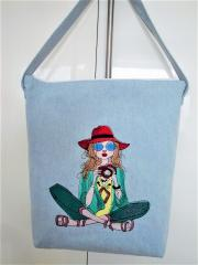 Embroidered bag with Lady photographer design