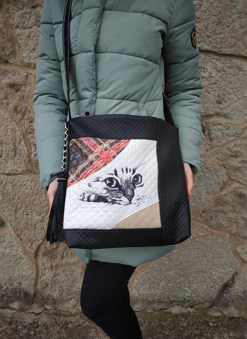 Embroidered bag with Curious cat design