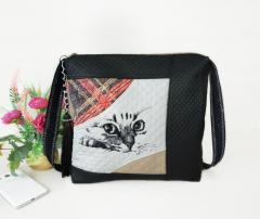 Embroidered shoulder bag with Curious cat design