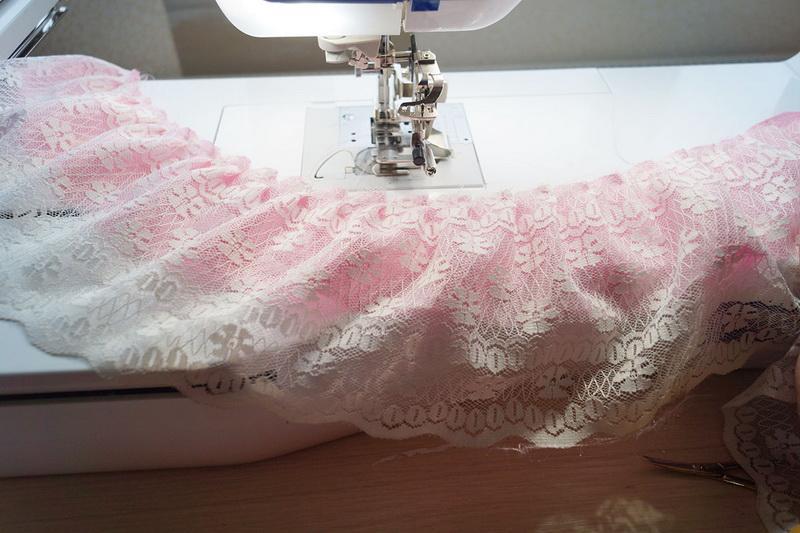 Fabric and lace simulteneusly ruffled