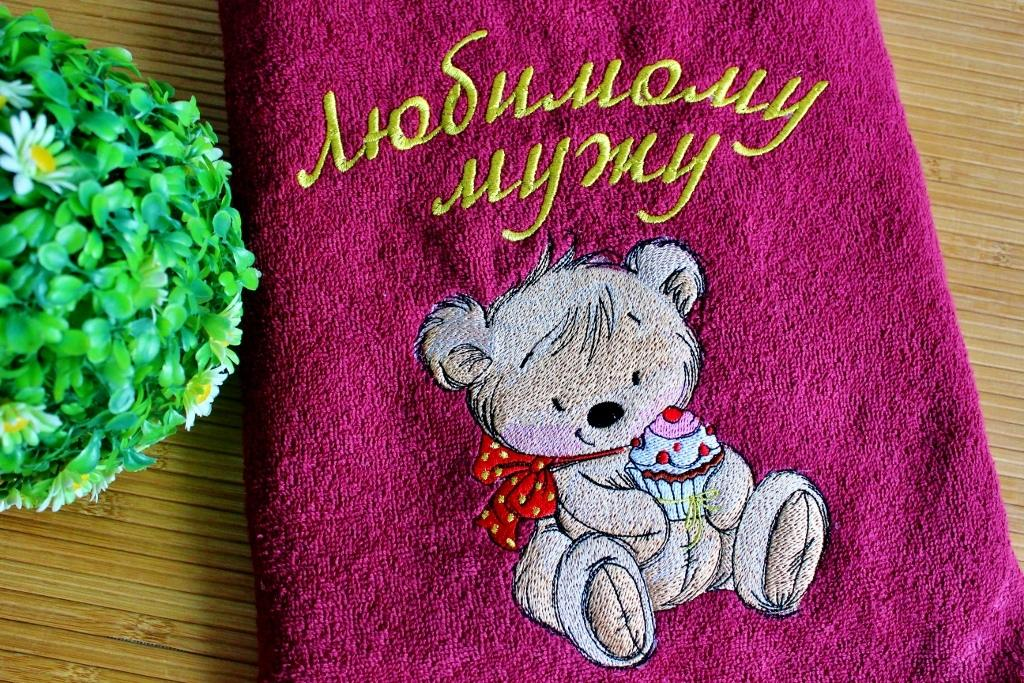 Embroidered towel with Teddy bead and cupcake design